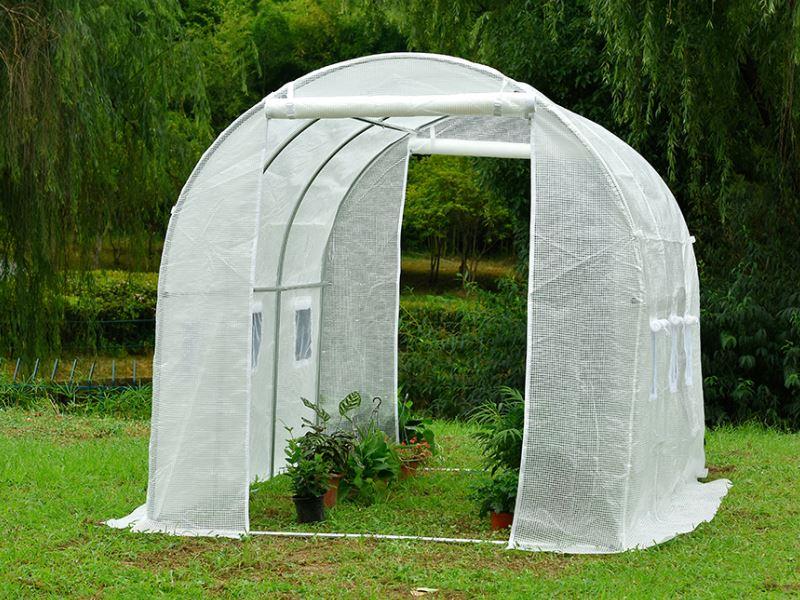 חממה לגידול של צמחי מאכל ותבלין בגינה